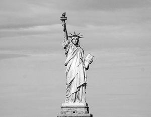 На Статуе Свободы написано: «Так шлите их, бездомных и измотанных, ко мне, я поднимаю факел мой у золотых ворот!»