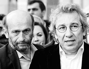 Арест Джана Дюндара (справа) и Эрдема Гюля политологи считают еще одним примером «истерики», в которую впал турецкий лидер в последние дни