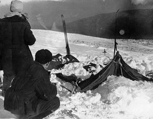 На архивных кадрах видно, как спасатели находят заваленные снегом палатки с погибшими членами группы Дятлова