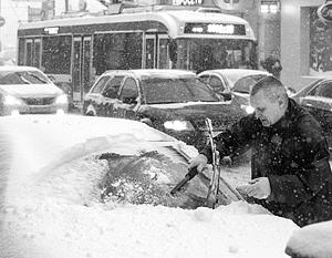 В Москве пока еще не так снежно, но в конце дня и в среду обещают мощнейший снегопад