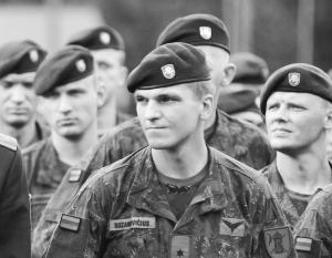 Власти Литвы признали, что многие молодые литовцы готовы бежать из страны, лишь бы не надевать военную форму