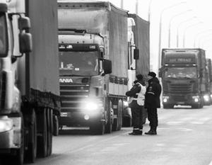 На российско-украинской границе уже несколько дней простаивают около сотни фур, идущих в Молдавию