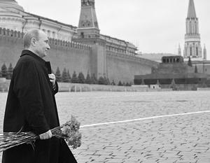Невозможно представить себе Путина, возлагающего цветы к Мавзолею