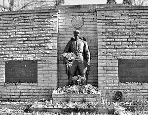В Таллине в ночь со среды на четверг началась подготовка к переносу братской могилы советских воинов с холма Тынисмяги в центре города