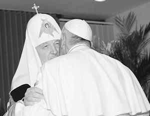 Встреча папы и патриарха началась с троекратного целования