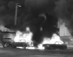 Взрыв уничтожил несколько машин и повредил здание