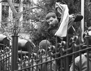 Один из авторов идеи разрыва дипломатических отношений Украины и России – депутат Рады Парасюк – известен тем, что сорвал российский флаг с консульства РФ во Львове