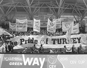 Фанаты турецкого клуба болели так сильно, что в российскую команду полетел мусор