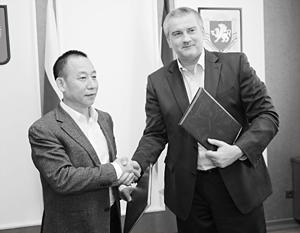 Председатель совета директоров Международной энергетической компании КНР Чэнь Чжихун и глава Республики Крым Сергей Аксёнов
