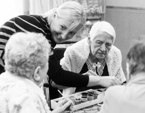 Помощь пожилым людям – одна из социальных услуг, включенных в новый закон в качестве общественно полезных
