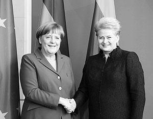 Даля Грибаускайте (справа) призывает Германию и Ангелу Меркель больше верить в себя и не оглядываться на прошлое