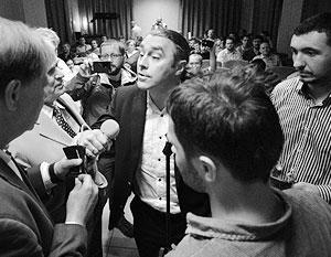 Игорь Мирошниченко из партии «Свобода» (в центре) организовал срыв презентации книги академика Петра Толочко (второй слева)