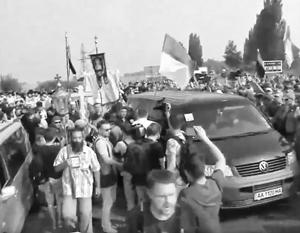 Украинские националисты организуют блокпосты с целью помешать крестному ходу, но паломники не намерены останавливаться
