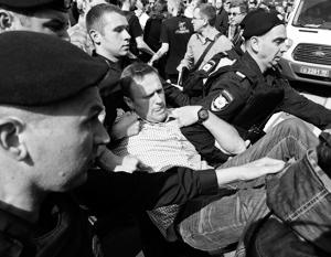 Традиционное для несанкционированных акций задержание Навального оказалось не замеченным его сторонниками