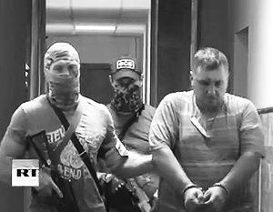На фото – задержанный в Крыму украинский диверсант Евгений Панов (справа)
