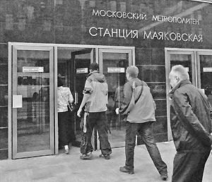 В час-пик недавно установленные турникеты отказались пускать пассажиров на станцию метро