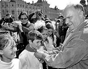 Лидер КПРФ Геннадий Зюганов по традиции повязал красные галстуки школьникам из Москвы и Подмосковья