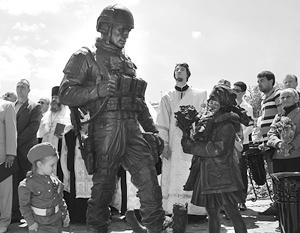 Итальянская делегация сфотографировалась у памятника «вежливым людям» в Крыму