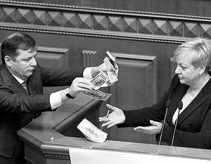 Доллары, которыми депутат Олег Ляшко некогда осыпал в Раде Валерию Гонтареву, могли также оказаться в домашней заначке главы украинского центробанка
