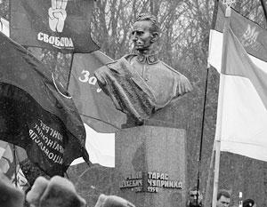 Гауптштурмфюрер Роман Шухевич уже давно признан национальным героем Украины, память об этом руководителе спецподразделений авбера «Нахтигаль» и «Роланд» была неоднократно увековечена