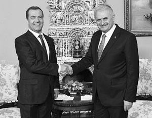 «Сложную страницу в отношениях с Турцией удалось перевернуть», – заявил Медведев на встрече с турецким коллегой