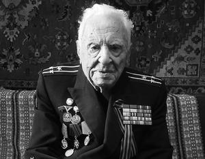 На снимке 2012 года Василий Дымов позирует в форме и при всех орденах. Сегодня награды ему демонстрировать запрещено