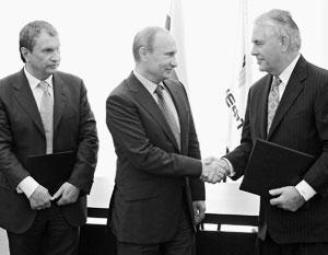Рекс Тиллерсон с Владимиром Путиным и Игорем Сечиным в Туапсе в июне 2012 года