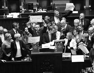 Оппозиционные депутаты заблокировали проходы к трибуне в польском сейме