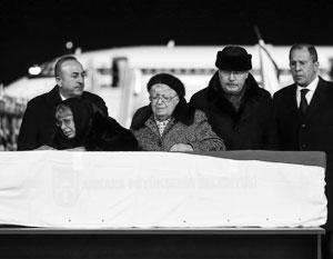 Сергей Лавров и Мевлют Чавушоглу вместе встретили в аэропорту борт с телом павшего от руки убийцы дипломата Андрея Карлова