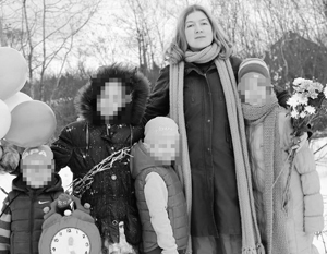 В «Инстаграме» приемной матери дети выглядели вполне счастливыми