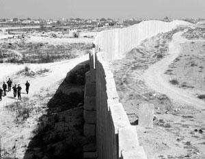 К 2009 году было построено менее 1 тысячи километров стены