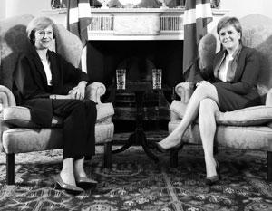 Тереза Мэй (слева) и Никола Стерджен пока что первые министры в одном государстве