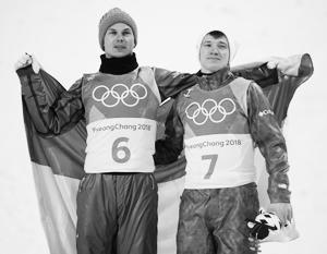 Россиянин Илья Буров (справа) и украинец Александр Абраменко обнялись на пьедестале Игр в Пхенчхане