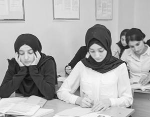 В России однозначного мнения о том, насколько правильным разрешать ношение хиджаба в школах, нет