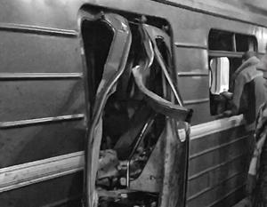 Взрывом искорежило двери вагона