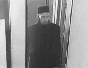 Запечатленный камерами видеонаблюдения подозреваемый словно бы нарочно привлекал к себе внимание длинной бородой и шапочкой куфи