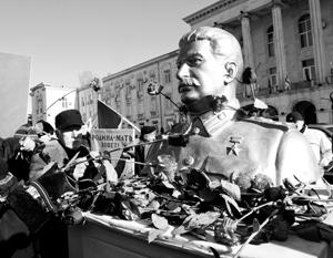 В 1956 году Сталина защищали от русских, которые в лице Хрущева «принижают земляка»