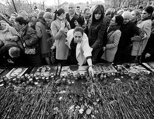 Москвичи засыпали тысячами красных гвоздик гранитную стелу «Город-герой Ленинград» у Кремлевской стены