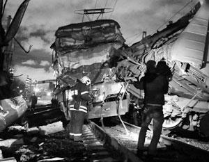 Вагон электрички разорвало пополам от столкновения с поездом дальнего следования на западе Москвы
