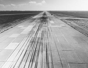 Взлетная полоса сирийской авиабазы Шайрат после удара американскими крылатыми ракетами. Как легко заметить, она абсолютно не пострадала