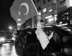 Отрыв победителей от побежденных на референдуме в Турции составил всего пару процентов, да к тому же оппозиция еще и грозится оспорить итоги в суде
