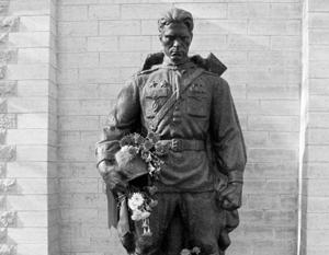10 лет назад власти Эстонии приступили к демонтажу памятника советскому солдату