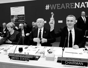 С каждым ударом молотка Йенса Столтенберга (справа) на саммите росло количество денег, которые смог увезти домой Дональд Трамп (в центре)
