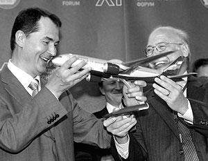 Глава «Аэрофлота» Валерий Окулов и вице-президент компании Boeing, президент и генеральный директор отделения «Боинг – гражданские самолеты» Скотт Карсон