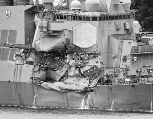 Американский эсминец посреди ночи столкнулся с филиппинским контейнеровозом, получив серьезные повреждения и потеряв семь человек экипажа погибшими