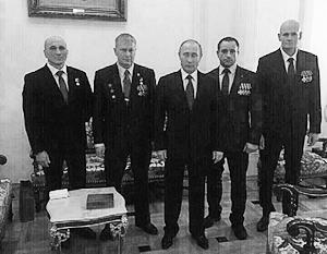 Дмитрий Уткин (второй слева) получил известность после фотографии с Владимиром Путиным, сделанной на приеме в честь Дня Героев Отечества