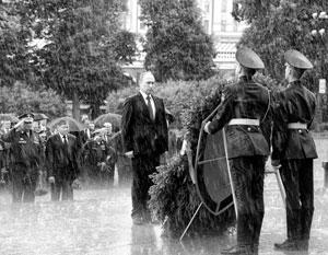 Владимир Путин возлагает венок к Могиле Неизвестного Солдата