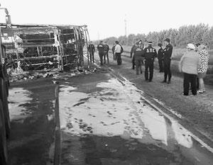 После столкновения автобус упал набок и загорелся