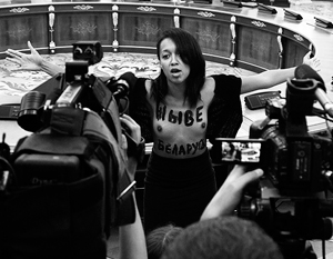 Активистке Femen предъявили подозрение за акцию перед Порошенко и Лукашенко