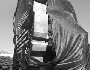 Памятник защитникам ЛНР, открытый в марте прошлого года, пытались подорвать уже как минимум дважды